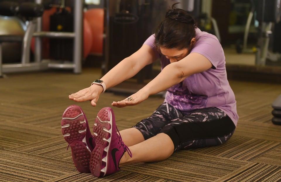 Деякі вправи і розтяжки можуть допомогти зняти тиск, який викликає біль в куприку