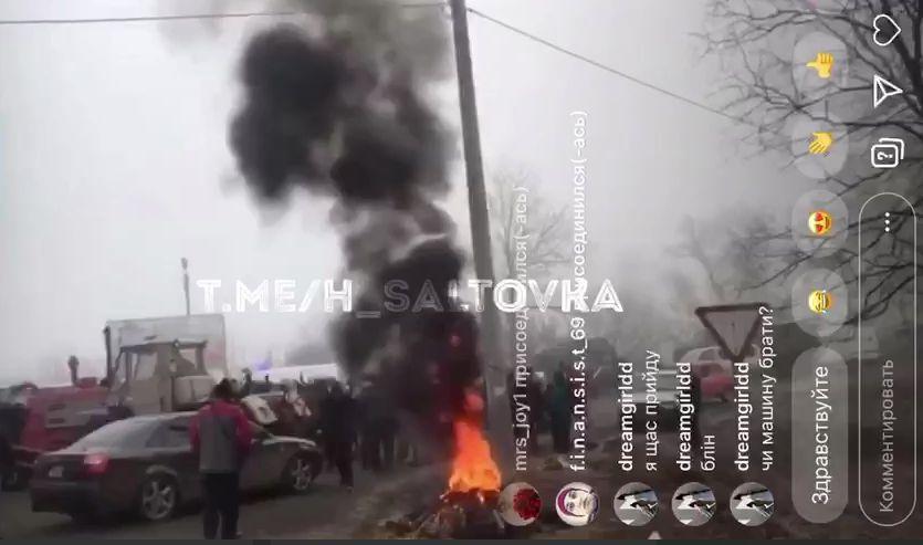Протестующие после столкновений с Нацгвардией начали жечь покрышки
