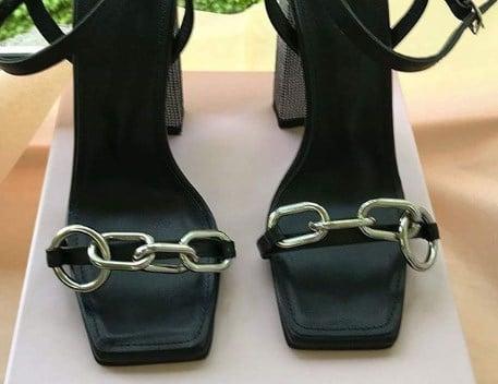 Модне взуття 2020 з ланцюжками / Instagram