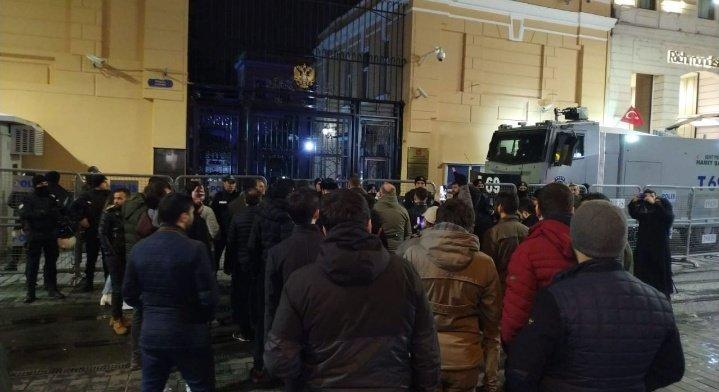 Акція протесту під стінами посольства Росії в Стамбулі