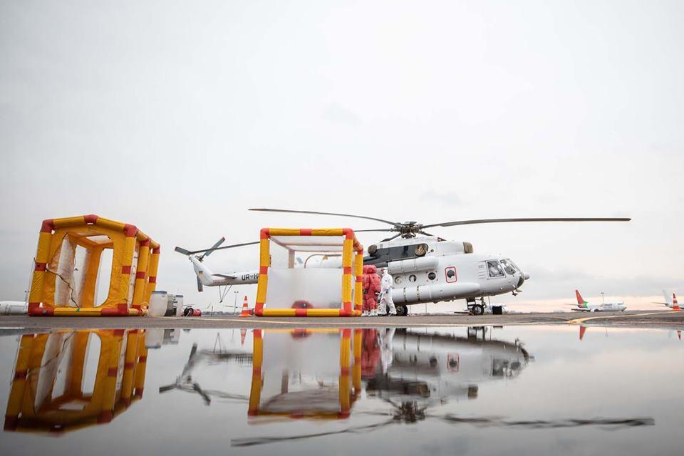 Гелікоптер для транспортування інфікованих коронавірусом