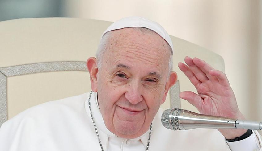 Папа Римский приветствует толпу