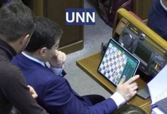 Дмитрий Лубинец играет в Раде на планшете в шахматы / УНН