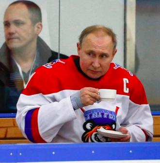 Владимир Путин после игры в хоккей