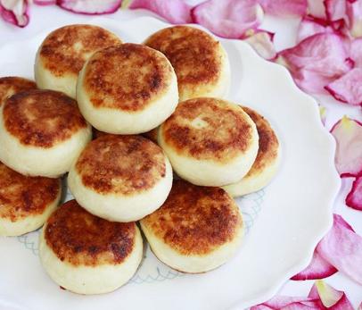 Приготувати сирники без яєць можна і на сковороді – Ласі сирники – рецепт