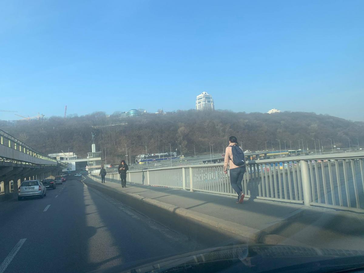 Пешком через Днепр: в Киеве из-за транспортного ада люди перекрывают дороги