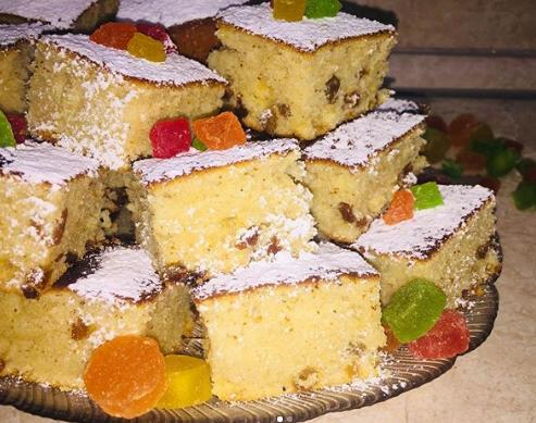 Вкуснейший кекс на кефире можно украсить сахарной пудрой и цукатами