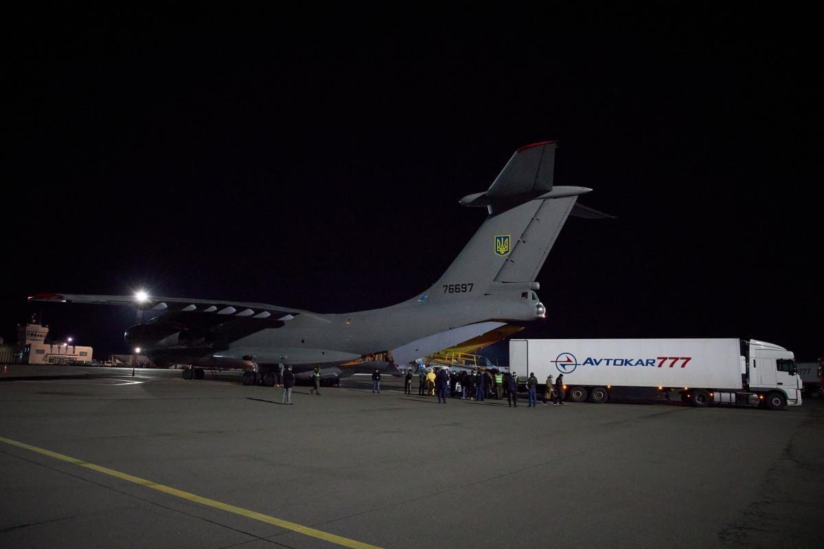 Самолет с тестами на коронавирус прибыл в Украину
