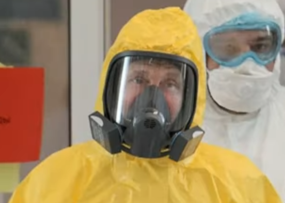 Владимир Путин в защитном костюме