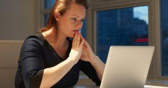 Жінка, ноутбук