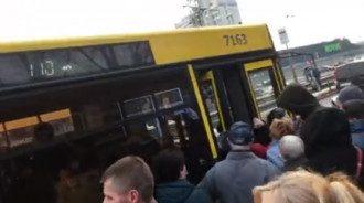 """Люди """"штурмуют"""" автобусы в Киеве / Скриншот"""