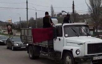 Священники с грузовика поливали улицы святой водой / Фото: скриншот