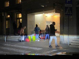 Украинцы возвращаются домой через Перемышль / @BakunWojciech