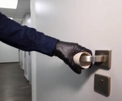 Під час карантину коронавірусу варто звикнути відкривати двері, не торкаючись до ручок руками – Карантин в Україні 2020