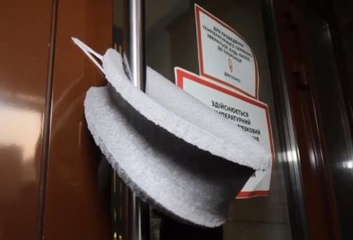 Во время карантина коронавируса стоит привыкнуть открывать двери, не прикасаясь к ручкам руками – Карантин в Украине 2020