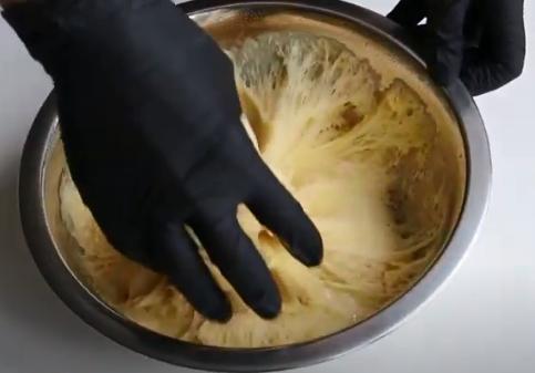 Замішане тісто на панеттоне можна поставити рости у духовку, розігріту до мінімуму – Рецепт італійського панеттоне