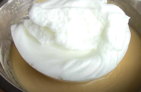 У тісто акуратно вмішайте апетитні збиті білки – Заварна паска – ідеальний рецепт