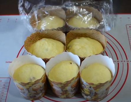 Сначала дайте тесту подрасти в формочках, а потом – отправляйте в духовку – Заварной кулич – идеальный рецепт