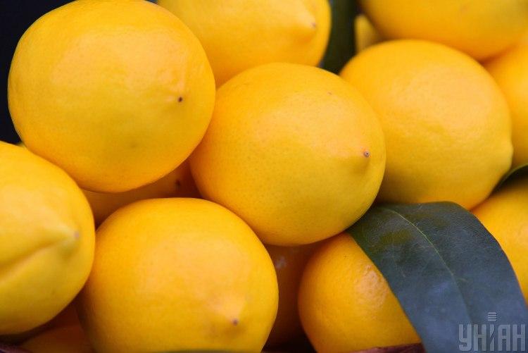 Можна вичавити кілька крапель соку з лимона й додати їх у скраб / УНІАН