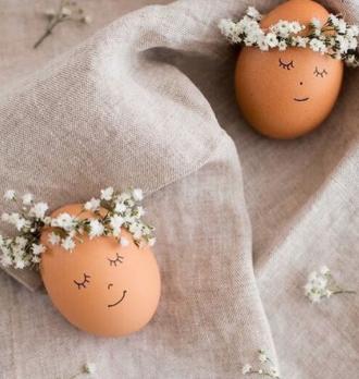 Яйца на Пасху можно украсить простыми рисунками