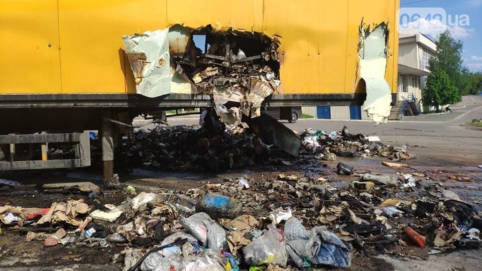 В Луганской области сгорела фура Новой почты. Возгорание произошло из-за посылки