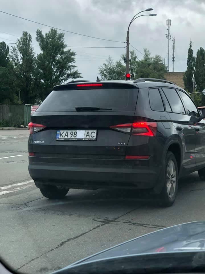 Автовладельцы заклеивают бумагой номерные знаки / Facebook/Sergey Zhuravel