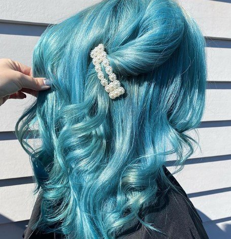 Голубые волосы привлекают внимание / Instagram