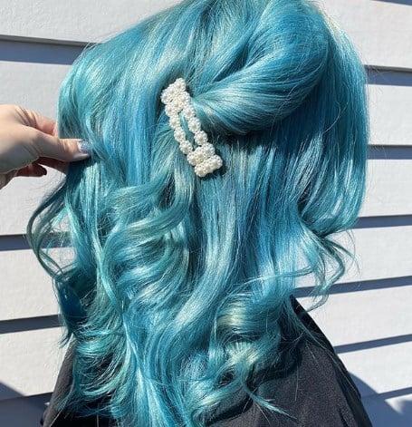 Блакитне волосся привертає увагу / Instagram