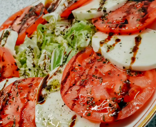 На Трійцю можна приготувати салат Капрезе – Трійця меню 2020