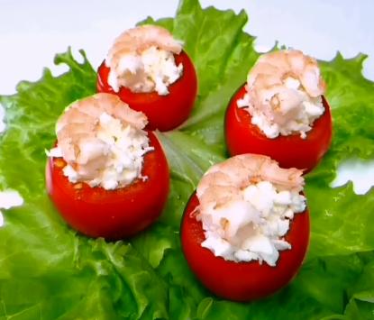 На святковий стіл можна поставити закуску з помідорів та креветок – Трійця меню 2020