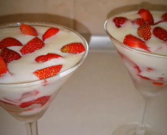 С клубникой можно приготовить легкие десерты – Клубника рецепты десертов