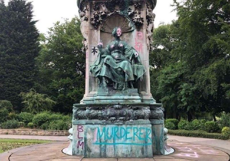 """""""Убийца"""", """"рабовладелица"""", """"расистка"""" — так расписали бронзовый памятник королеве Виктории вандалы в Британии. Она вступила на престол в 1837 году. Рабство в Англии официально отменили на следующий год. / DailyMail"""