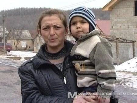 Мама з хлопчиком на ім'я Янукович