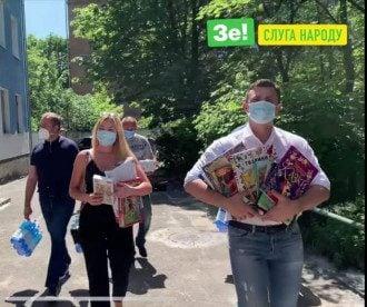Нардеп Тищенко пиарился тем, что перезентовал детям книги - фото Слуга народа