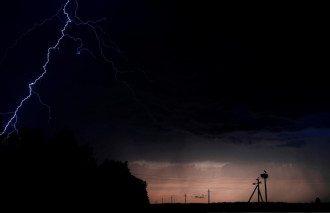 Синоптики попередили, що низці областей України загрожують удари стихій – Погода в Україні сьогодні