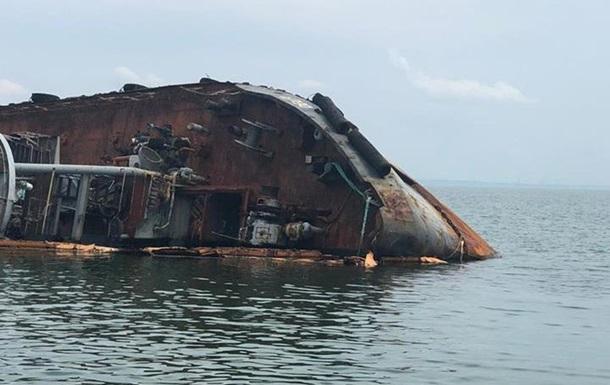 Из танкера продолжает в море вытекать топливо
