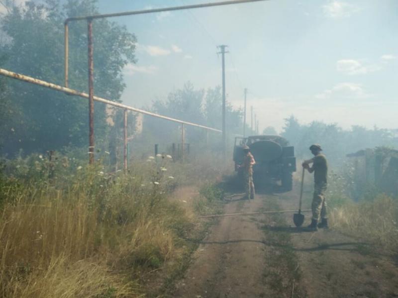 На Донбассе из-за обстрелов наемников Путина вспыхнул пожар, горят дома