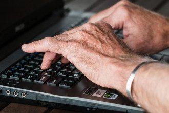 Пошкодження суглобів, яке викликає ревматоїдний артрит, зазвичай відбувається з обох сторін тіла/Pixabay