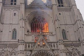 Пожар в соборе XV века во Франции потушили / Фото: @pldelauney / Twitter