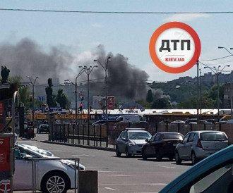 Новини Києва - горить Петрівка біля метро Почайна - фото
