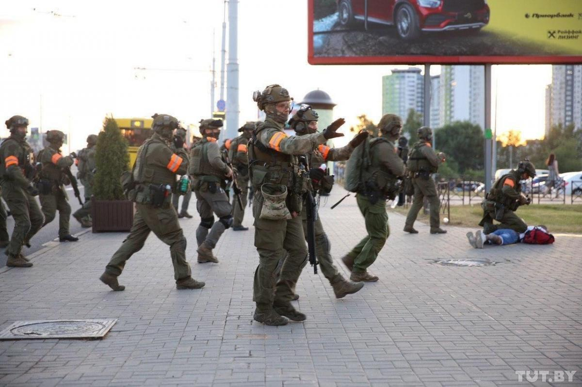 До Мінська з'їжджається військова техніка, почалися нові затримання