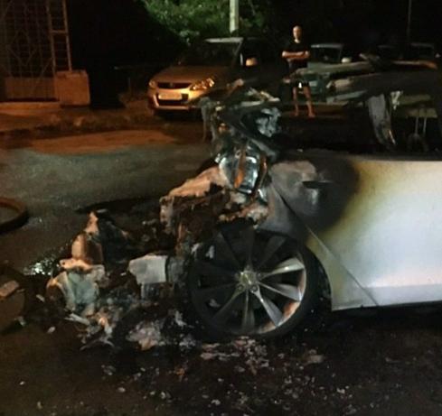 В Киеве горело авто Tesla Богдана, узнали журналисты