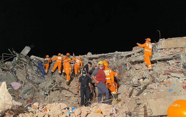 В Индии рухнула пятиэтажка, под завалами - до 70 людей