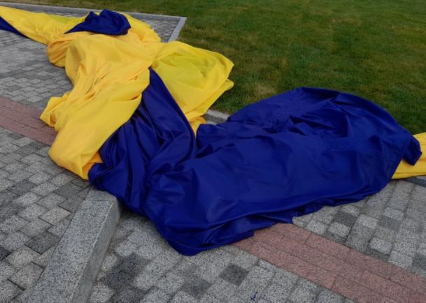 Найбільший український прапор знято – Новини Київ