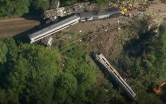 В Шотландии пассажирский поезд сошел с рельсов - фото скриншот