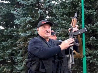 Олександр Лукашенко з автоматом