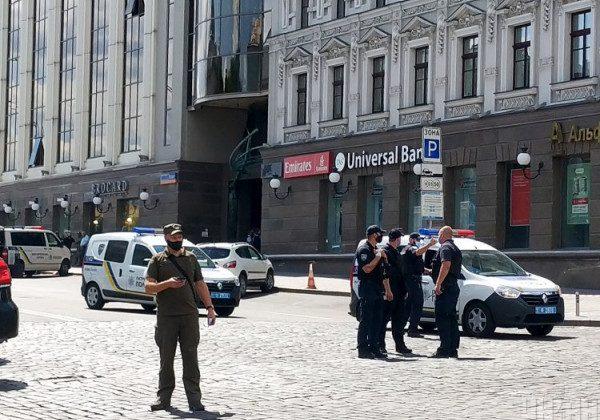 В Киеве мужчина захватил отделение банка, а потом его задержали