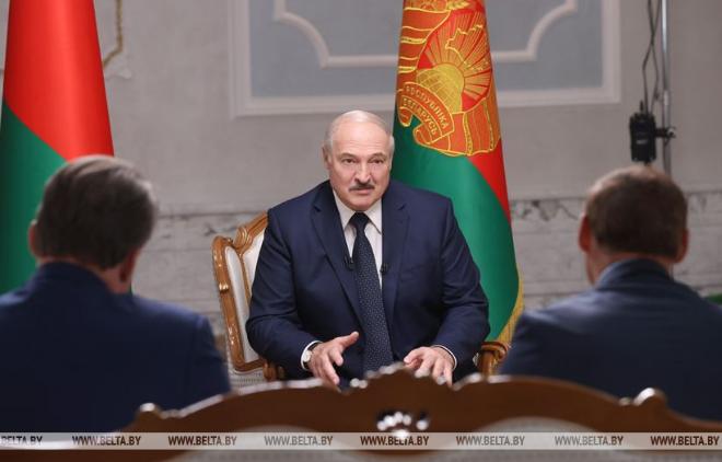 Лукашенко під час інтерв'ю розповів, чому з'явився на людях з автоматом – Лукашенко інтерв'ю сьогодні