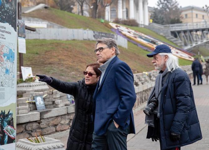 Мари Йованович, Рик Перри и Майкл Блейзер в столице Украины