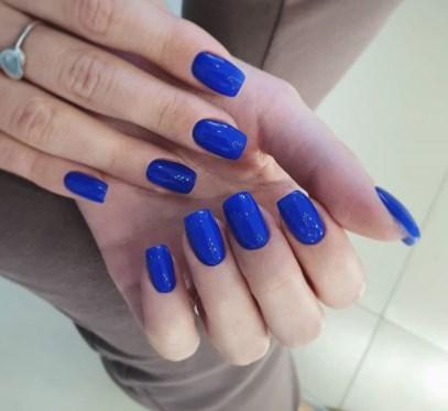 Модний синій манікюр осінь 2020